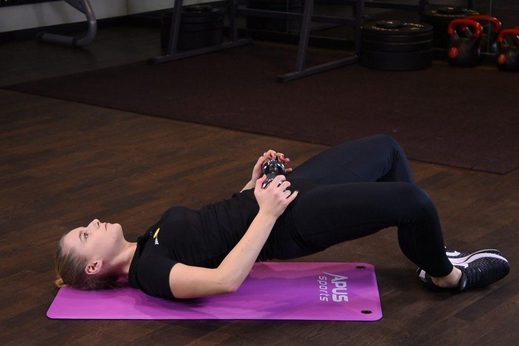 Ćwiczenie Frog hip-thrust z hantlą - just be fit