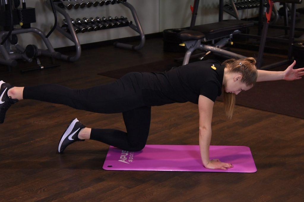 Naprzemienne unoszenie nogi i ramienia w podporze przodem - just be fit