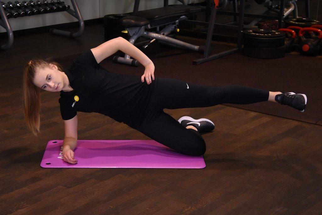 Plank bokiem na kolanie z uniesieniem nogi