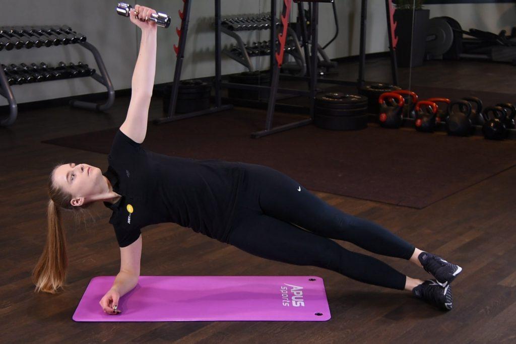 Rotacja w planku bokiem z hantlą - just be fit