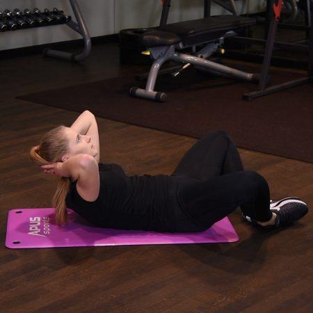 Spięcia brzucha z nogami szeroko i złączonymi stopami