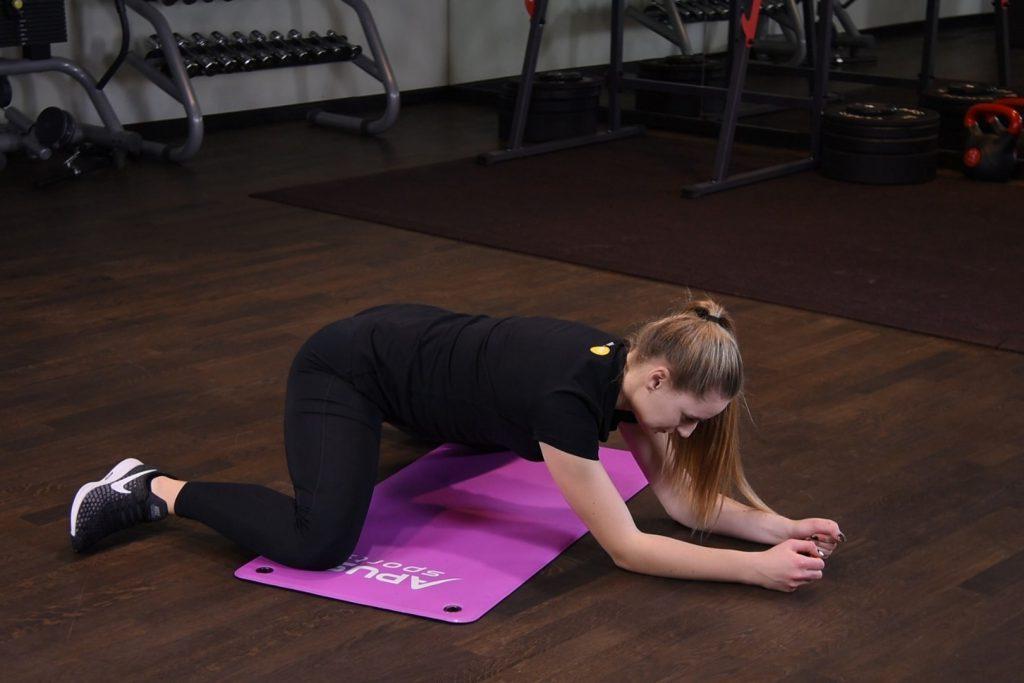 Mobilizacja bioder w klęku podpartym z odwiedzeniem nóg