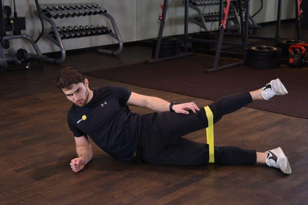 Odwodzenie nogi w leżeniu bokiem z gumą mini band