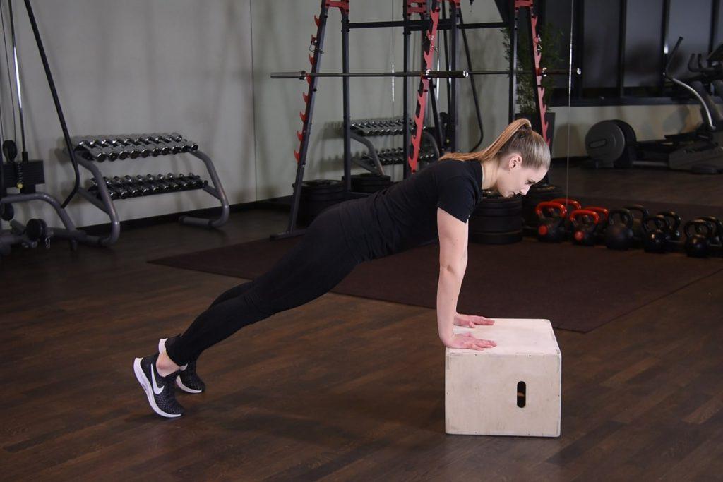 Plank wysoki z rękami na podwyższeniu - just be fit