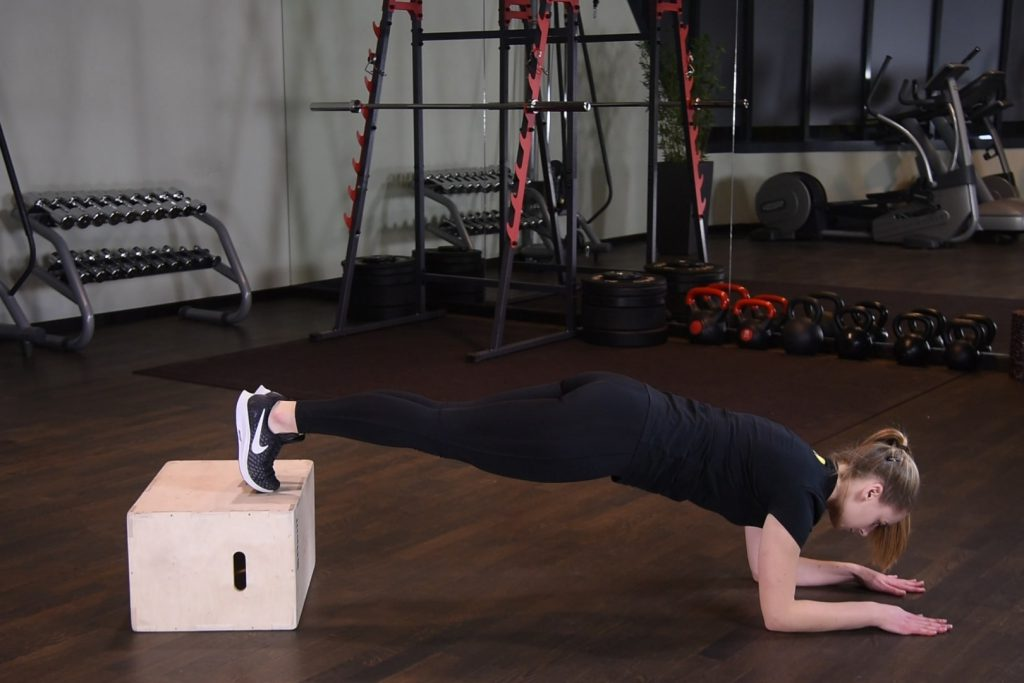 Plank z nogami na podwyższeniu - just be fit