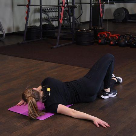 Rozciąganie klatki piersiowej w leżeniu - just be fit