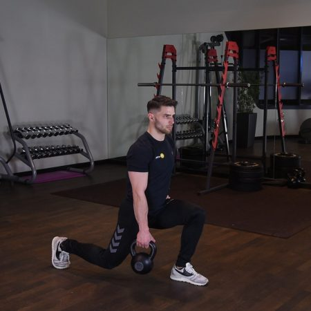 Zakrok z kettlebell - just be fit
