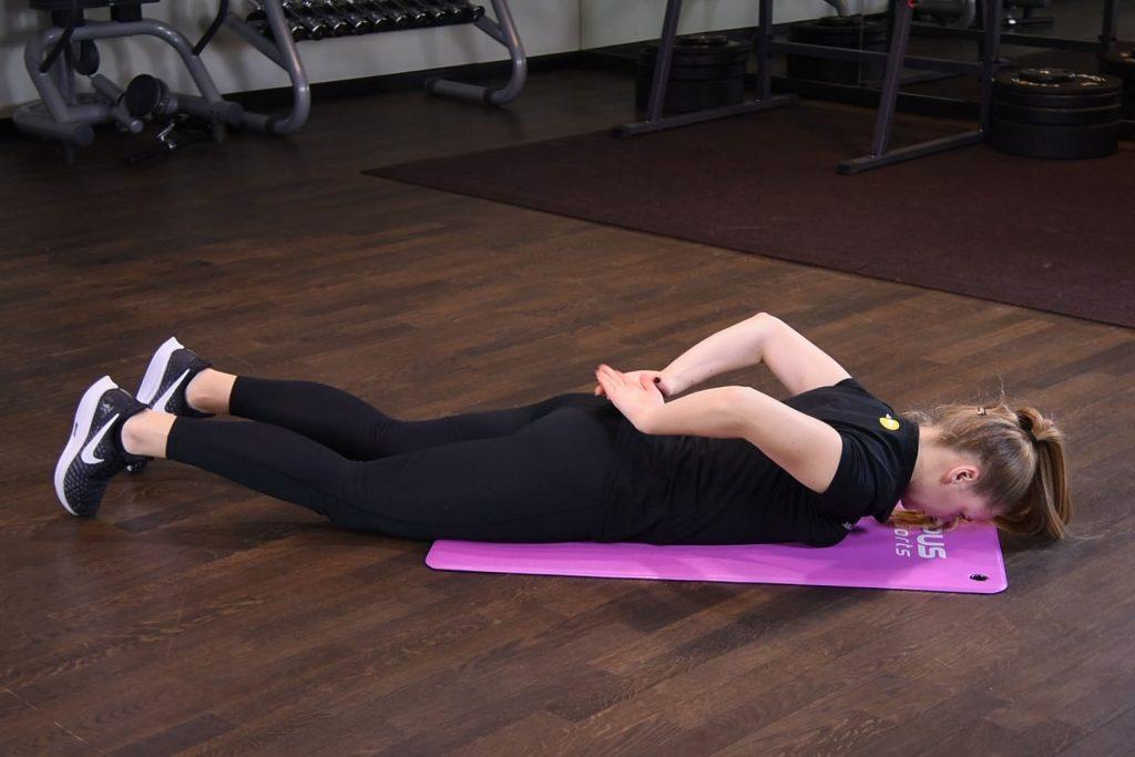 Przenoszenie ramion po okręgu w leżeniu przodem - just be fit
