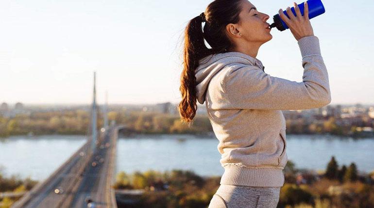 prawidłowe nawodnienie pomaga schudnąć z brzucha